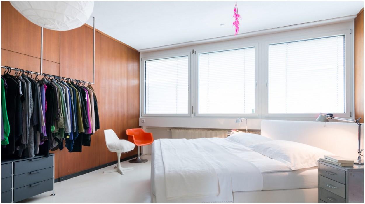 Cooles Schlafzimmer mit offener Garderobe in einer Loftwohnung in Lustenau, Vorarlberg