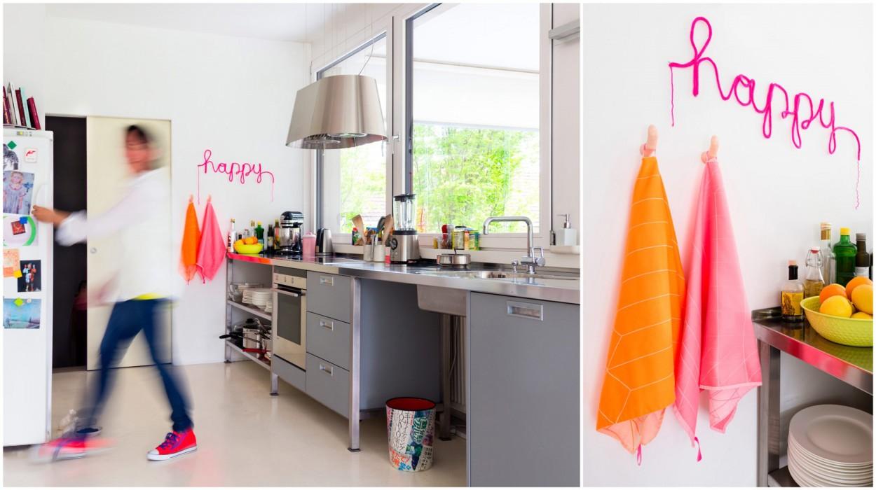 Coole Küche in einer Loftwohnung in Lustenau, Vorarlberg. Frau mit Bewegungsunschärfe läuft zum Kühlschrank